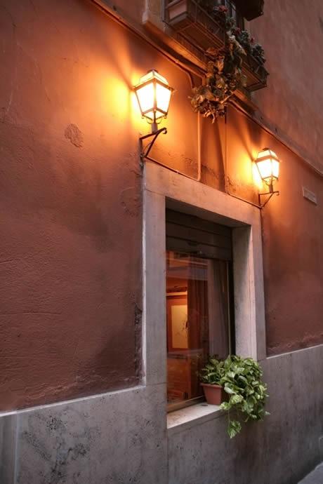 Όμορφη παράθυρο στη Ρώμη άναψε από δύο φανάρια δρόμο πάνω από φωτογραφία
