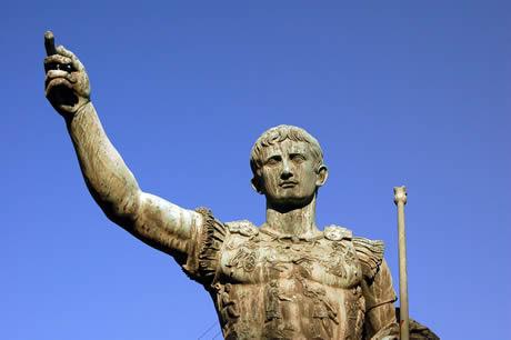 Χάλκινο άγαλμα του Ιουλίου Καίσαρα στη Ρώμη φωτογραφία